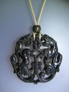 Penjoll de jade negre tallat a dues cares