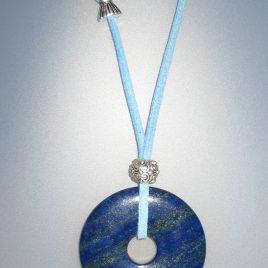 Colgante de lapislázuli, 45 mm diámetro, antelina blava, fornituras ajustables de metal plateadas