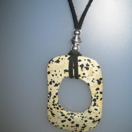 Penjoll de jaspi dàlmata, 65x40 mm, antelina negra, fornitures de metall platejades