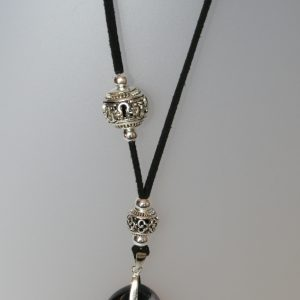 Penjoll amb àgata i ònix, 60x45 mm, antelina negra, fornitures ajustables de metall platejades. Col·lecció Fragments
