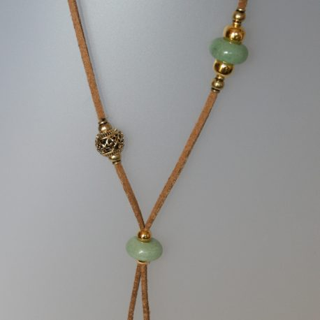 Collar de jade, 0,50x12 mm, antelina color camel, fornitures ajustables de metall daurades