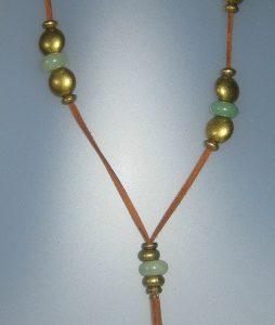 Collar de jade, antelina color camel, fornitures ajustables de metall dauradese