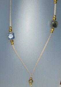 Collar de sodalita, antelina gris, fornitures ajustables de metall daurades