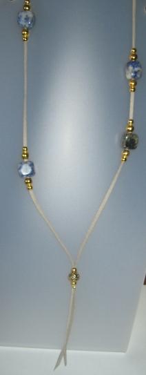 Collar de sodalita, antelina gris, fornituras ajustables de metal doradas