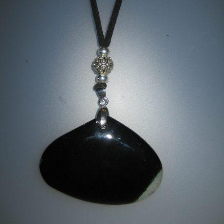 Penjoll amb àgata negra i veta blanca, 40,5x60 mm, antelina negra, fornitures ajustables de metall platejades