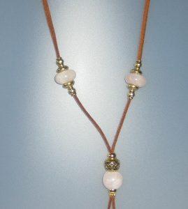 Collar de quars rosa, antelina color camel, fornitures ajustables de metall daurades