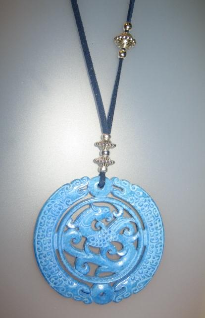 Penjoll de jade blau, antelina blava i fornitures platejades