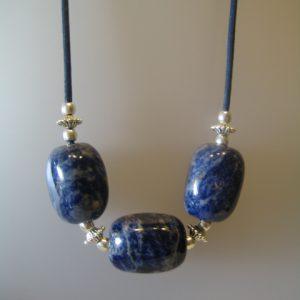 183-914 Collar de sodalita, 35x25 mm cada pedra, cordó coto blau, fornitures platejades