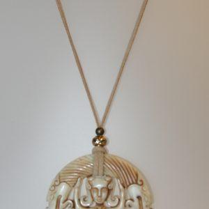 Penjoll de jade nefrita, 75 mm diàmetre, antelina color arena, fornitures daurades