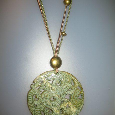 enjoll de jade verd, soutage verd i marró, fornitures daurades