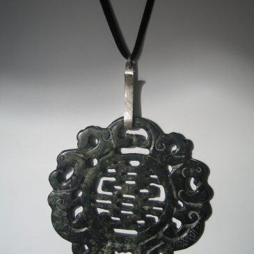 282-1214 Col·Silver Collection. Black jade pendant 100mm diam, cut on both sides, argent i antelina negra
