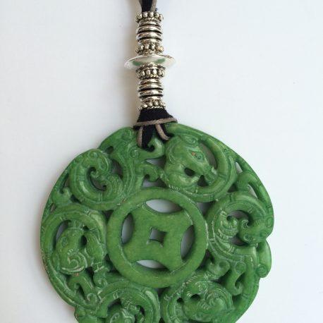 329-315 Penjoll de jade verd tallat a dos cares, antelina negra, fil de cotó gris i fornitures platejades