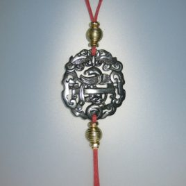215-1114 Penjoll de jade negra,50x45 mm, antelina granat i fornitures daurades