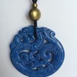 332-315 Penjoll de jade blau, tallat a dues cares, 65mm diàmtre, antelina negra i fornitures daurades