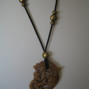 245 Brown jade pendant, 85x60mm, suede marró, forni.daurades