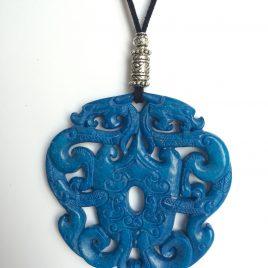 340-315 Penjoll de jade blau tallat a dues cares, 70mm diàmtre, antelina negra i fornitures platejades