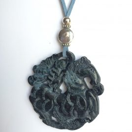 330-315 Penjoll de jade, tallat a dues cares, 65mm diámetre, antelina blava i fornitures platejades