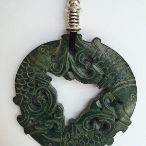 335-315 Penjoll de jade verd, tallat a dues cares, 100mm diàmetre, antelina negra i fornitures platejades