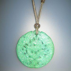 181-914 Colgante de jade verde, 65 mm de diámetro, algodón verde y fornituras doradas