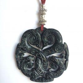 342-315 Penjoll de jade negra tallat a dues cares, 65 mm diàmetre, antelina granat i fornitures platejades