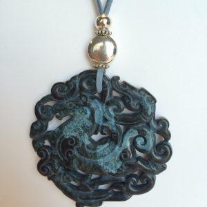 338-315 Penjoll de jade tallat a dues cares, 65mm diàmetre, antelina blava i fornitures platejades