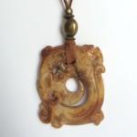 339-315 Penjoll de jade marró, 60x50mm, antelina marró i fornitures daurades