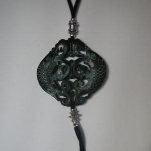 Penjoll de jade verd 65x65mm tallat a dues cares antelina negra, forni. platejades (1)