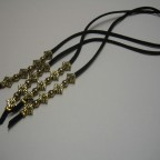 256 Penjolls, bosses, botes, roba, antelina negra i fornitures daurades, 50 cm