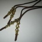 252 Penjolls bosses botes, roba antelina marró i fornitures daurades, 46 cm llargada
