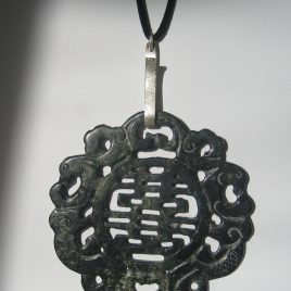 282-1214 Silver and black jade pendant, 100mm diàm, cut on both sides, argent i antelina negra