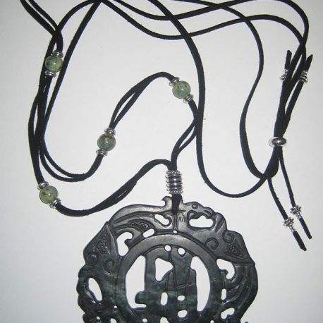 Penjoll de jade negre tallat dues caresk